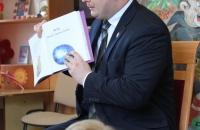 Senator Aleksander Szwed czyta bajki w Bielawa Bibliotheca BIelaviana (10)