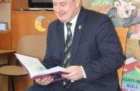 Senator Aleksander Szwed czyta bajki w Bielawa Bibliotheca BIelaviana (13)