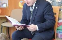 Senator Aleksander Szwed czyta bajki w Bielawa Bibliotheca BIelaviana (14)