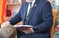 Senator Aleksander Szwed czyta bajki w Bielawa Bibliotheca BIelaviana (8)
