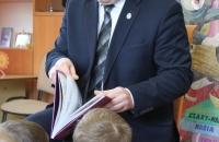 Senator Aleksander Szwed czyta bajki w Bielawa Bibliotheca BIelaviana (9)